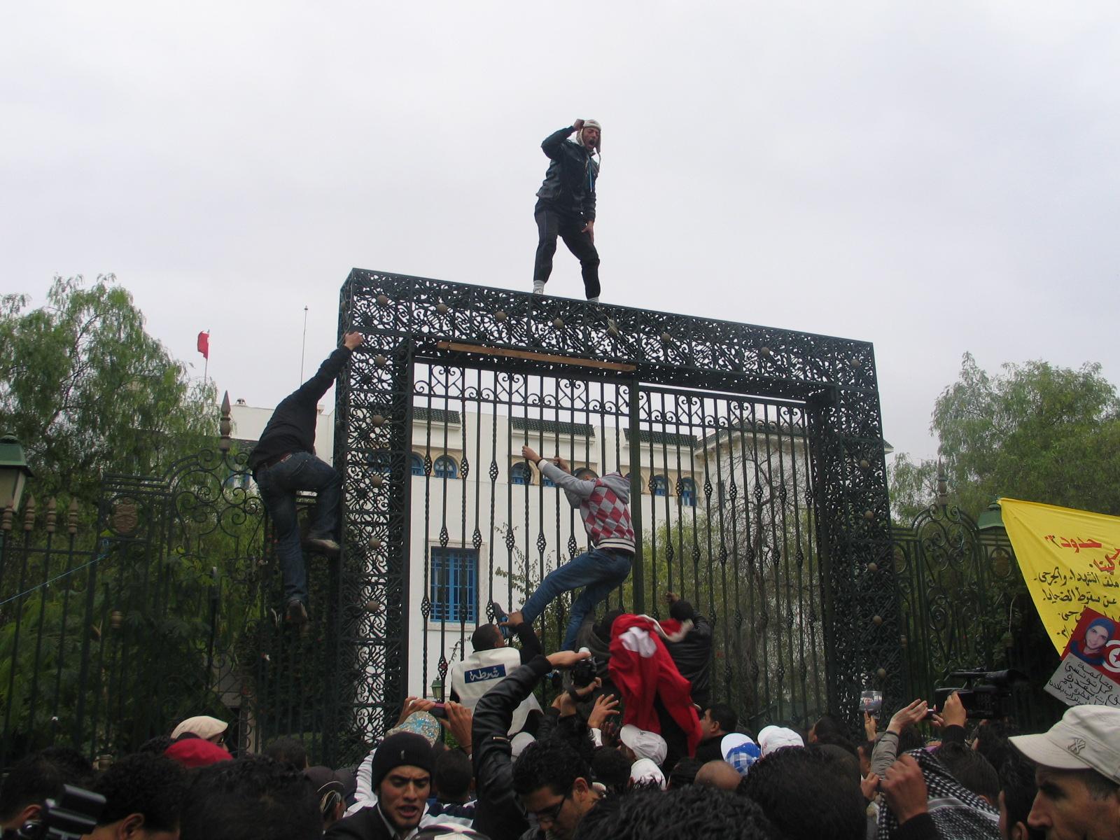 Aniversario de la revolución de Túnez: Pedrea a los gobernantes y sentada de las familias de las víctimas