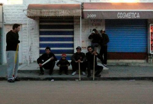 El tercer día del pueblo tunecino: Jóvenes tranquilizadores con cuchillos y palos