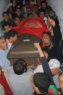 Arrivée du corps de Umran Kilani Muqaddami à Gafsa, en Tunisie. Le cercueil est entouré du drapeau de l'UGTT. Source : UGTT Facebook, page officielle (https://www.facebook.com/ugtt.page.officielle)
