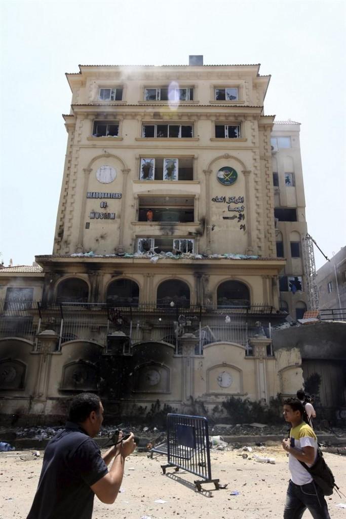 Le siège principal des Frères Musulmans, au Caire (Egypte) après avoir été incendié et mis à sac par des opposants au Gouvernement de Morsi