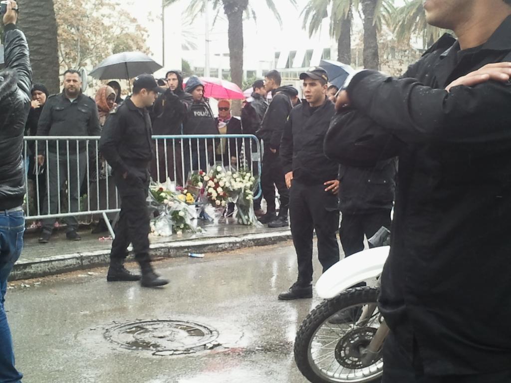 Fiori nel luogo dell'attentato del 24 novembre 2015 al centro di Tunisi