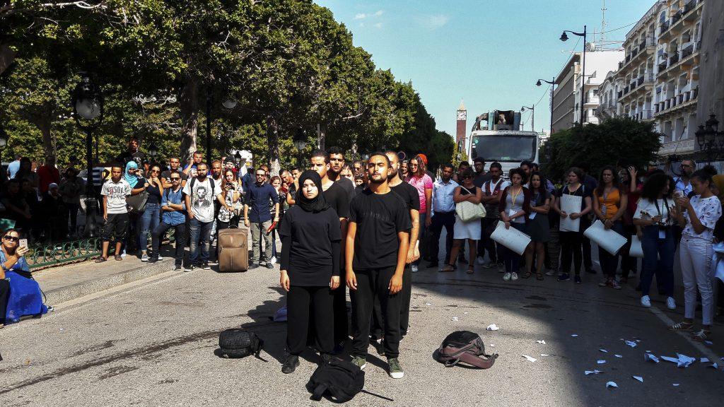 Tunisi, 22 settembre 2017. Perfomance di strada in Avenue Bourghiba per ricordare le morti in mare durante la conferenza sul Mediterraneo (foto: Marta Bellingreri)