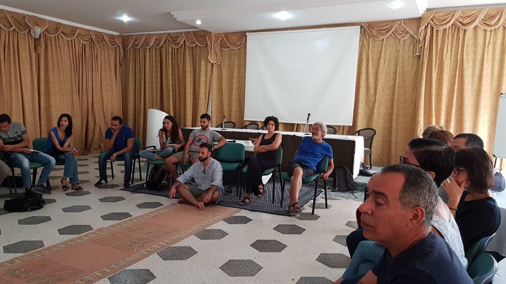Al centro: l'equipe  dell'Observatoire de la souvernité alimentaire et de l'environnement al completo Foto: Tunisia in Red